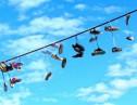 電線に靴がぶら下がってる意味わかる?アートやスポーツにもなったシューフィティ